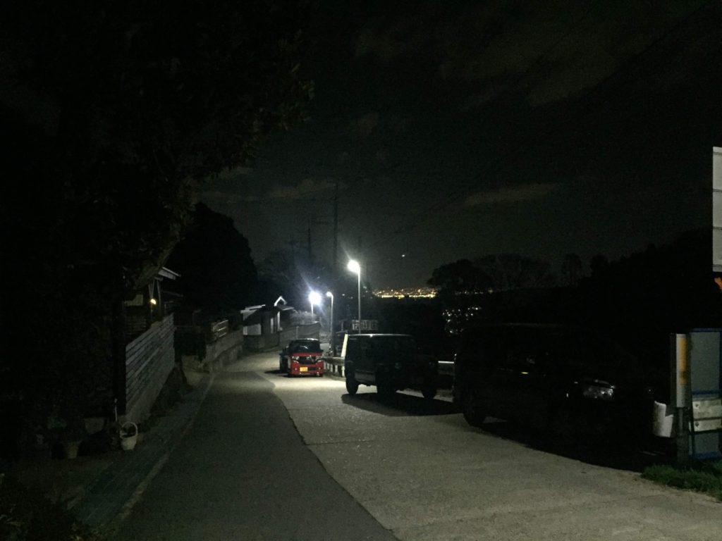 暗峠頂上付近に駐車くる車の画像